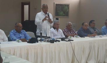Ministro de Agricultura se reúne con avicultores por infección viral que afecta a pollos