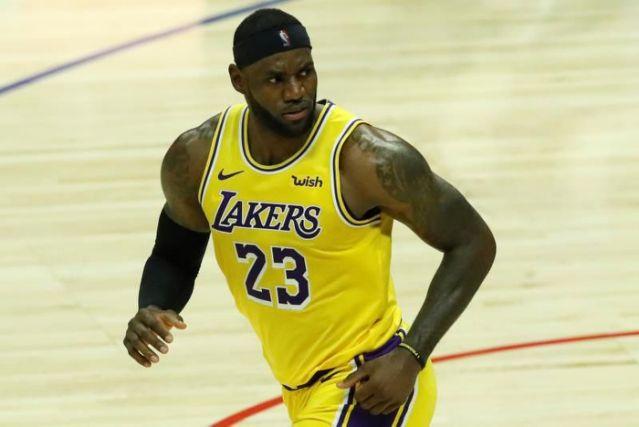 James tiene doble-doble en victoria de los Lakers