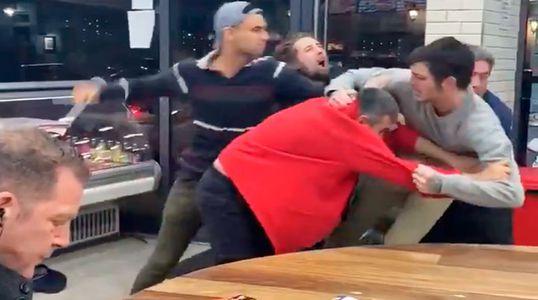 Viral: Hombre se mantiene tranquilo almorzando mientras se arma pelea masiva en su mesa