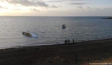 Treinta y cinco inmigrantes piden ayuda al hundirse su barca rumbo a España