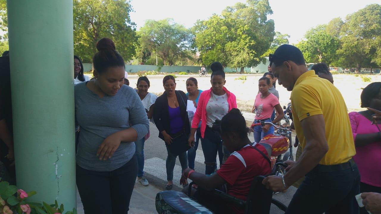 Adolescente da a luz en las afueras del hospital de Pedernales sin ayuda médica