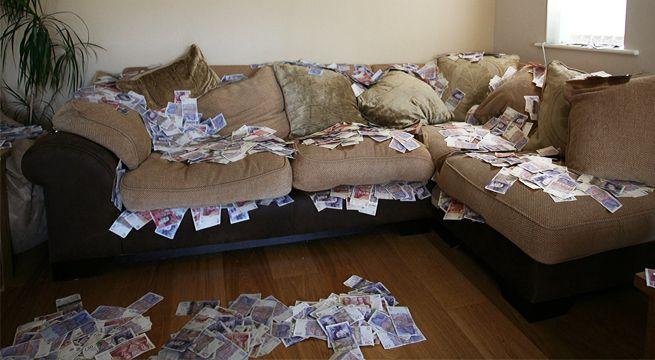 Compra sofá usado y al revisar encuentra dentro 43 mil dólares