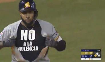 """Pelotero Ronny Rodríguez muestra camiseta con mensaje de """"No a la violencia"""""""