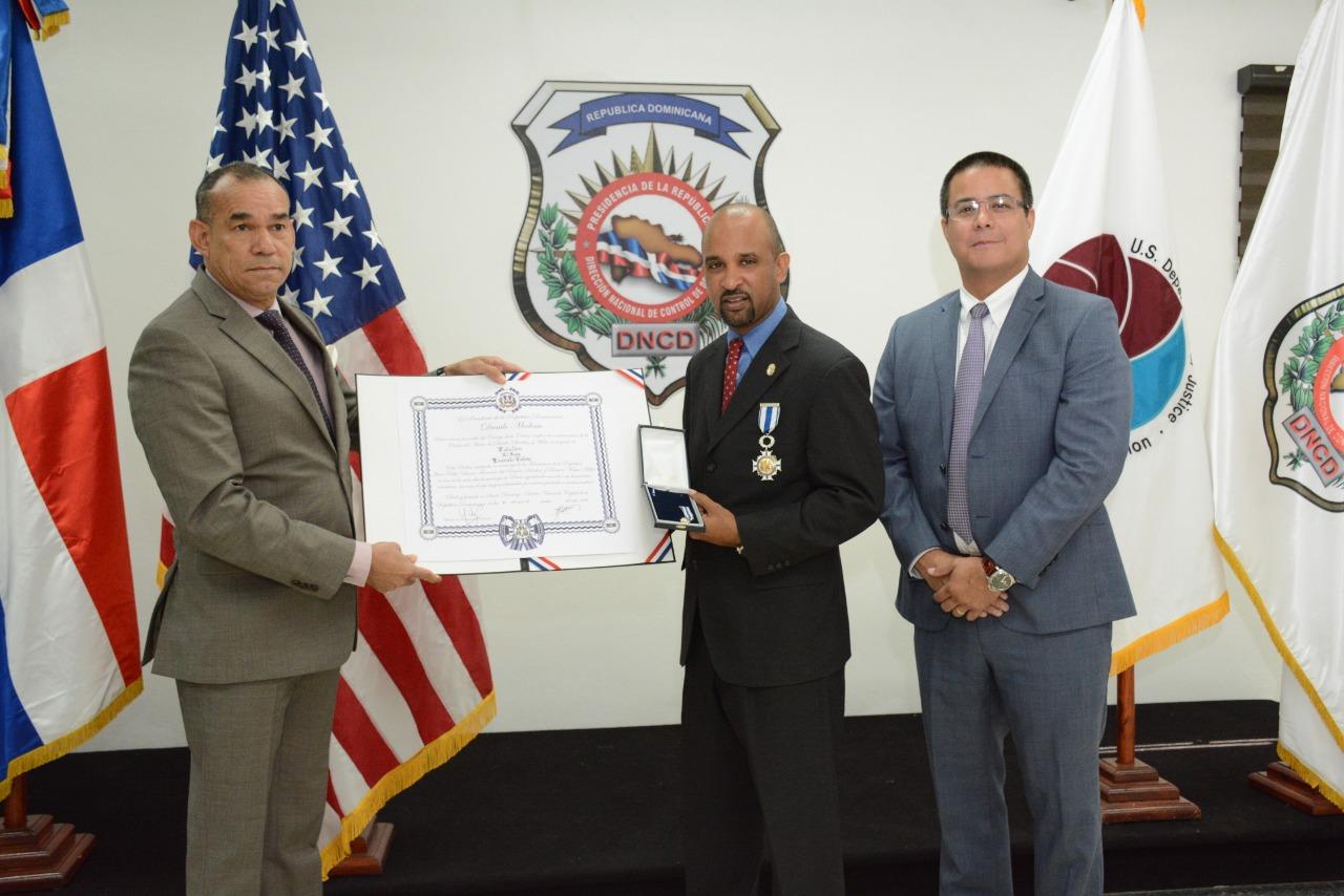 Otorgan orden al Mérito Duarte, Sánchez y Mella en el Grado de Caballero al dominicano Evaristo Cedeño agente de la DEA