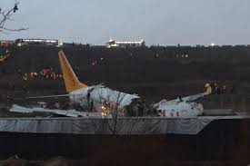 Avión de pasajeros se parte al aterrizar en Turquía, sin causar víctimas