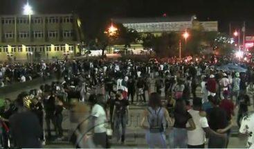 Jóvenes permanecen en la Plaza de la bandera tras culminar Trabucazo 2020