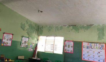 Denuncian grietas y filtraciones en escuela La Mina de Oro en Miches