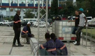 Trabajan en montaje de tarima para manifestación frente a la JCE este 27 de febrero