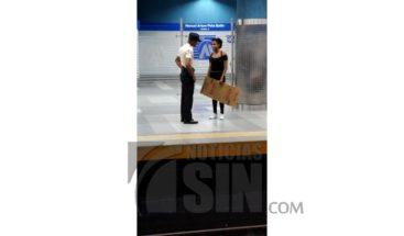 ¿Se montó o no se montó en el Metro manifestante con pancarta en mano?