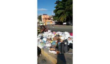 Residentes en Los Mameyes denuncian cúmulo de basura en las aceras