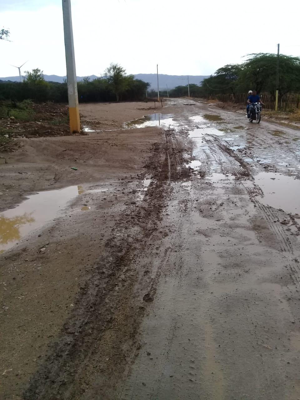 Moradores de varias comunidades en Montecristi exigen construcción de carretera
