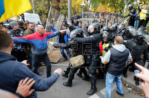 Destituyen gobernador ucraniano tras protestas por llegada de evacuados de Wuhan
