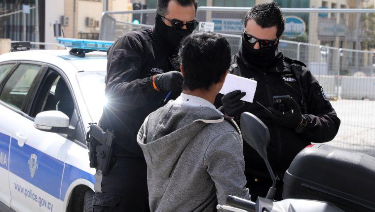 Acusan de terrorismo a 2 hombres en EEUU por toser y decir tener coronavirus