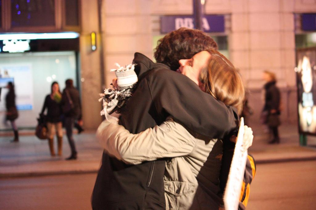 El abrazo prohibido en los tiempos del coronavirus y su impacto en la psique