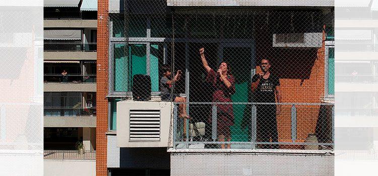 Pareja de cantantes de ópera ofrece conciertos desde balcón a vecinos en Río