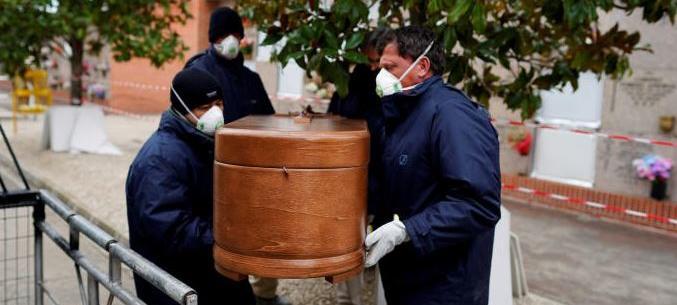 España prohíbe los velatorios y los entierros con más de tres acompañantes