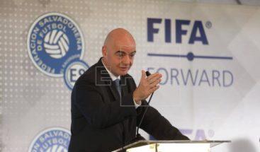 Jefes de la OMS y FIFA discuten cómo adaptar el fútbol a pandemia de COVID-19