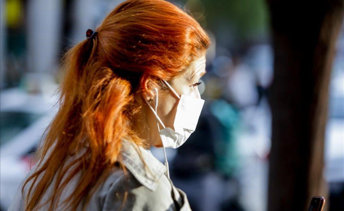 Una mujer que tosió sobre otra deliberadamente detenida y acusada