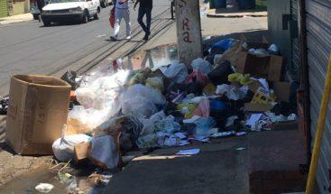 Moradores denuncian falta de contenedores de basura en Los Mina
