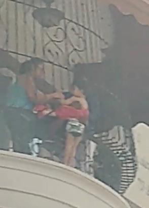 Bomberos rescatan niño traspasó la verja de un balcón