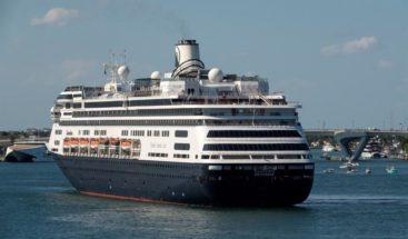 Termina en Florida la odisea de dos cruceros con enfermos de COVID-19 a bordo
