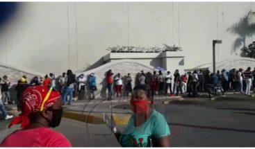 Ciudadanos acuden a plaza comercial para reclamar tarjetas Solidaridad