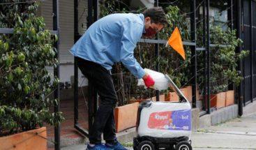Robots entregan domicilios en Medellín durante la cuarentena