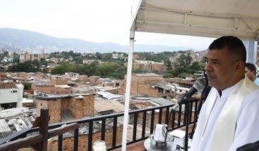 Fe en las alturas: cura celebra misas en su terraza de Medellín