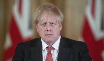 Johnson permanece en la UCI y delega el mando al titular de Exteriores