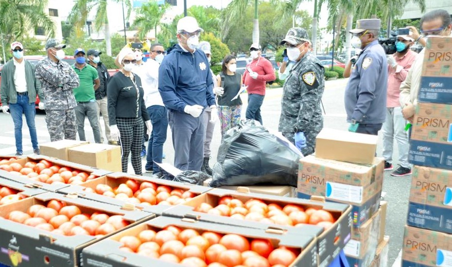 Luis Abinaderse reúne con bioanalistas, lleva donación a Policía e iglesia en Villa Juana