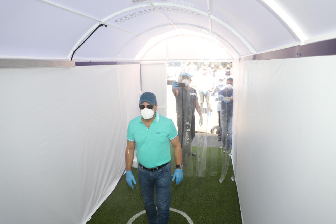 Abel Martínez instala túnel sanitizante para contrarrestar propagación del coronavirus