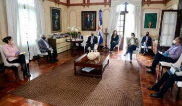 Danilo Medina se reúne con Comisión de Asuntos Sociales