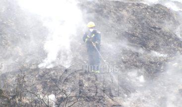 Autoridades dicen tienen controlado en 65% fuego del vertedero de Duquesa