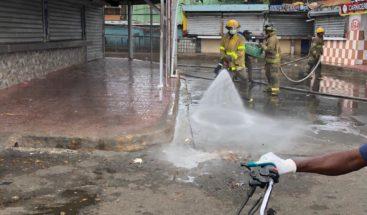 Realizan jornada de limpieza y fumigación contra Covid-19 en mercado de Los mina