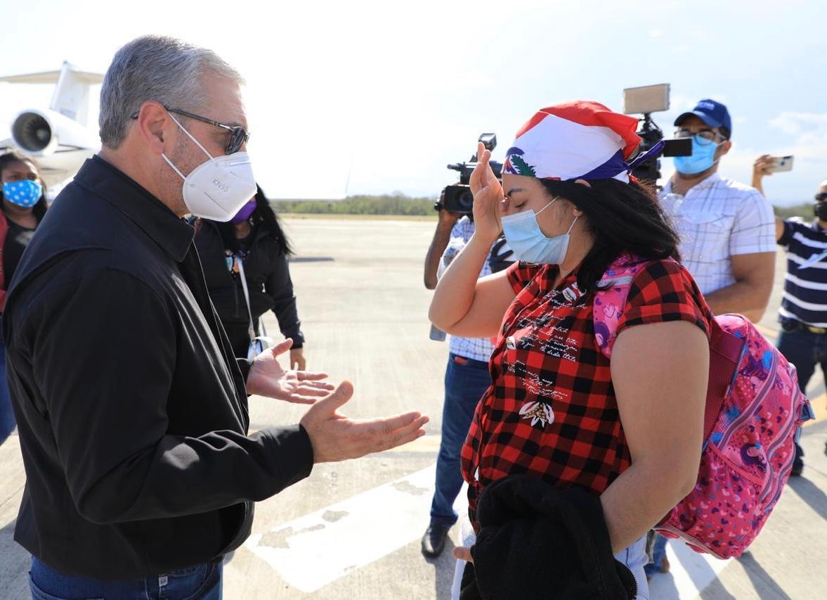 Gonzalo regresa al país mujer con cáncer y a ocho dominicanos más varados en Chile