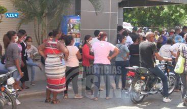 Ciudadanos en Azua abarrotan bancos y comercios