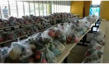 Minerd entrega kits de alimentos a padres de estudiantes en Santiago