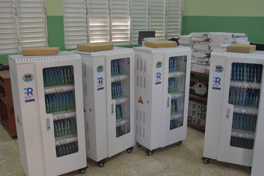 Minerd entrega 40 carritos tecnológicos y 1,600 tabletas a 10 centros educativos en Bahoruco