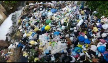 Denuncian gran cúmulo de basura en arroyo del sector Chilo Poueriet en Higüey