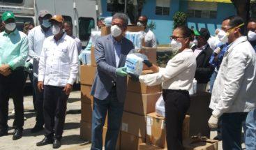 Leonel entrega ventilador y lámparas ultravioleta a hospital de Ocoa