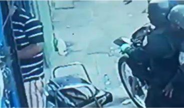 Denuncian policías reciben dinero en callejón de Capotillo