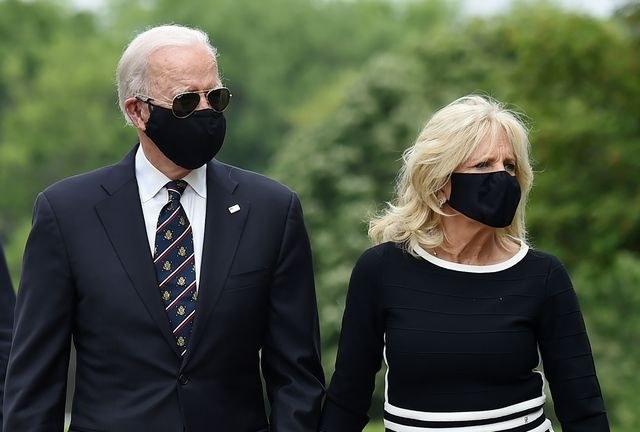 Biden reaparece en público usando máscara y Trump lo critica en Twitter