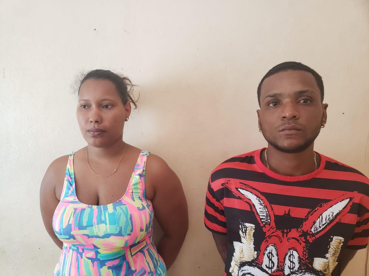 Arrestan a hombre y mujer por asaltar a ciudadanos mientras compraban alimentos