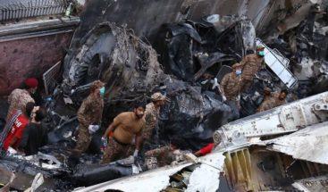 Suben a 60 los muertos del avión que se estrelló en Pakistán