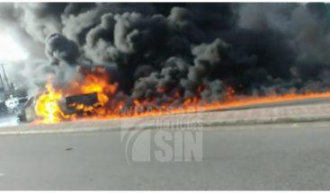 Camioneta incendiada provoca gran taponamiento en Av. Jacobo Majluta