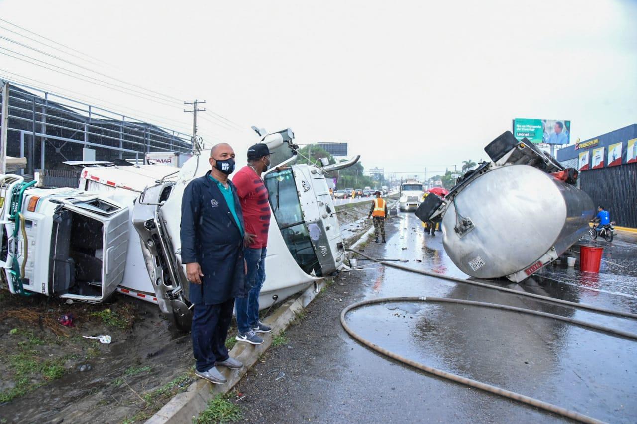 Choque entre dos camiones provoca extenso taponamiento en autopista Duarte