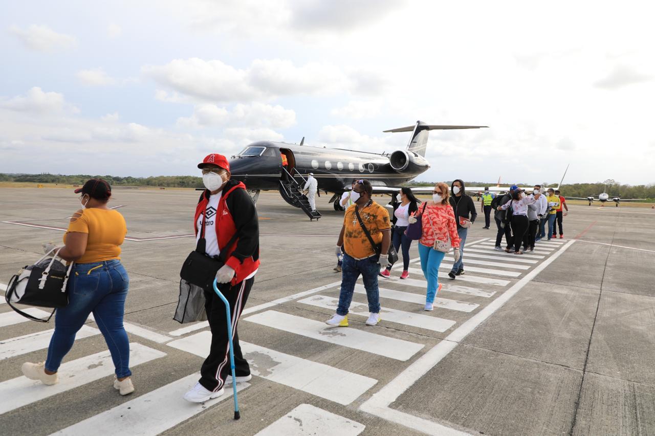 Llegan al país 15 dominicanos traídos por Gonzalo castillo desde Venezuela