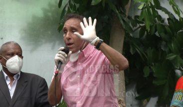 Doctor Cruz Jiminián entrega alimentos a personas vulnerables