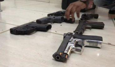 Incautan en allanamiento drogas, armas de fuego y ron adulterado