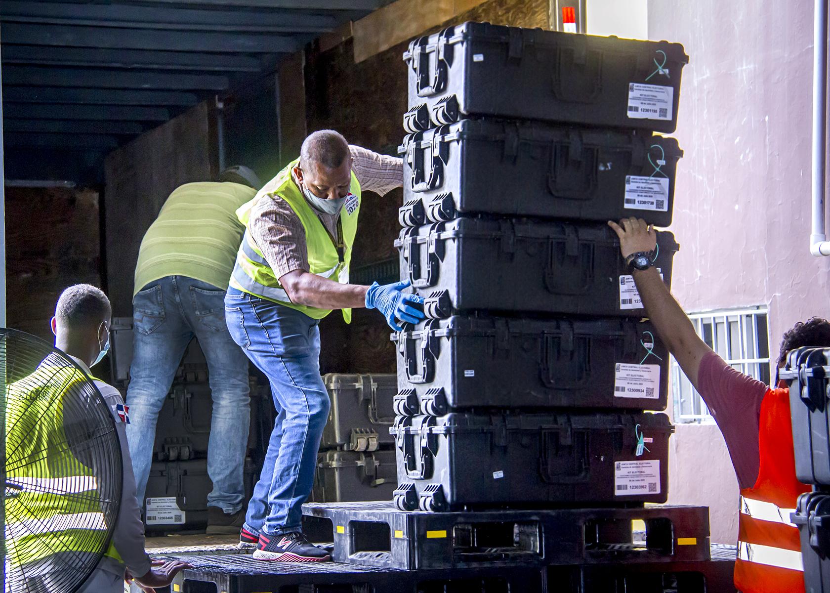 JCE inicia despacho de valijas y materiales electorales hacia municipios